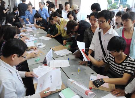 Sinh viên làm thủ tục nhập học tại ĐH Công nghiệp TP.HCM.