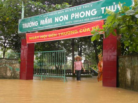 Mưa lũ đã tràn vào một số trường học ở  Lệ Thủy (Quảng Bình).