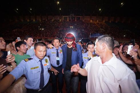 Omar được hộ tống ra sân khấu trong đêm 13.9.