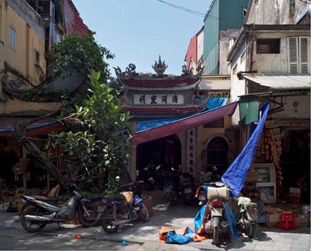 Đình Thanh Hà ở số 10 Ngõ Gạch, thờ tướng quân Trần Lựu, có bia đề năm xây dựng là 1433.