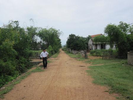 Nhiều tuyến đường giao thông ở xã Phú Trạch chưa được bê tông hoá do người dân không có tiền đóng góp đối ứng.