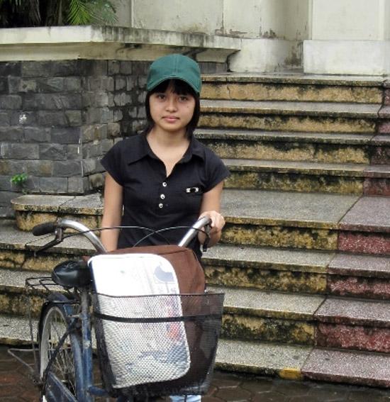 Ngày đầu tiên đến trường của cô học trò nghèo.