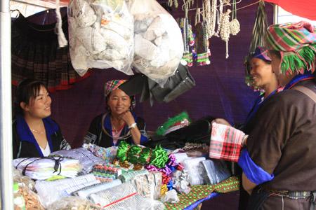 Phụ nữ Mông tại Hội chợ  Sắc màu Tây Bắc.
