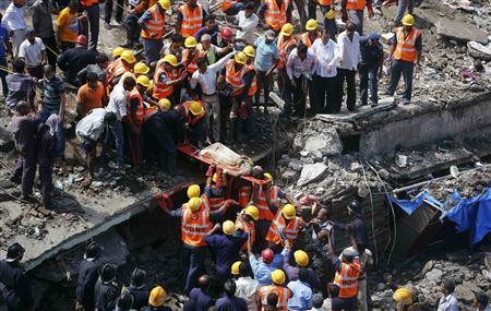 Các nhân viên cứu hộ đang làm việc tại hiện trường