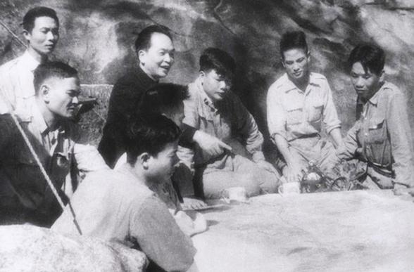 Đại tướng Võ Nguyên Giáp cùng cán bộ chỉ huy họp bàn kế hoạch tác chiến trong chiến dịch Điện Biên Phủ (1954)