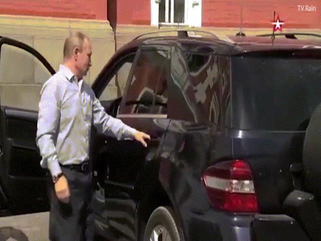 """Video: Người áo đỏ bí ẩn được Putin lái xe """"phục vụ"""""""