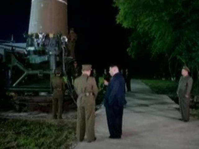 Cách Kim Jong-un đề phòng Mỹ ám sát khi thị sát tên lửa