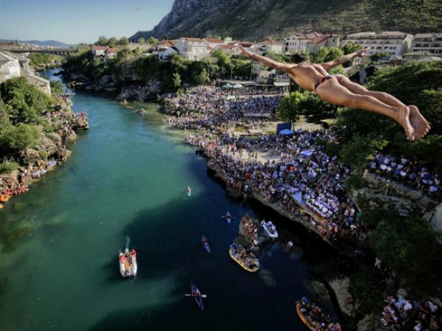 Thót tim với màn nhảy cầu liều lĩnh xuống dòng sông chảy xiết