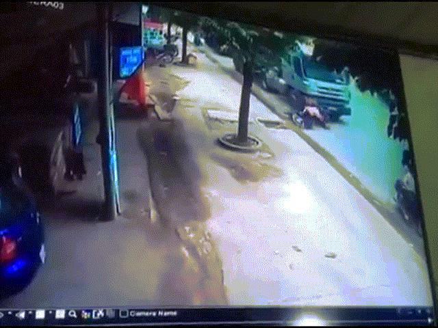 Camera ghi lại hình ảnh kinh hoàng 2 thanh niên nằm dưới bánh xe bồn