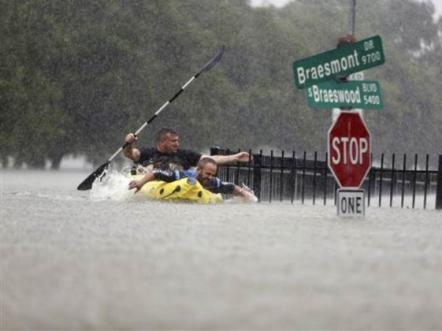 Siêu bão Harvey trút 34 tỷ m3 nước như ngày tận thế ở Mỹ