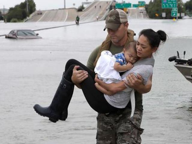 Sốt ảnh đặc nhiệm Mỹ bế mẹ con gốc Việt giữa bão như tận thế