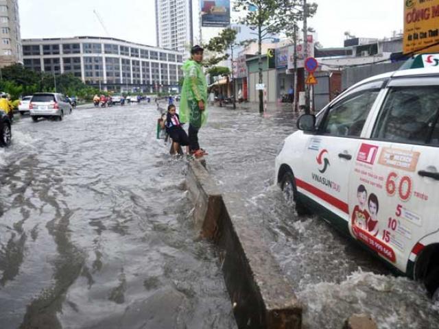 """Chưa đầy 15 phút, """"quái vật"""" đã hút sạch nước ngập trên phố Sài Gòn"""