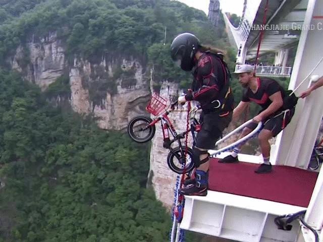 Thót tim sàn nhảy Bungee trên cầu đáy kính cao nhất thế giới