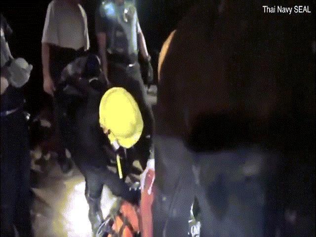 Video cho thấy các cậu bé Thái Lan không tự lặn mà được cứu bằng cáng?