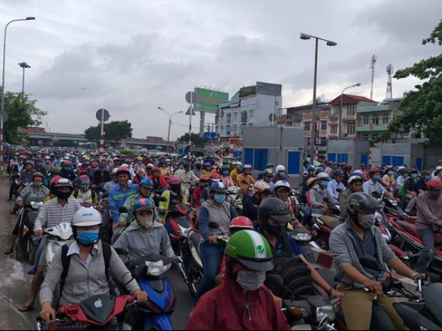 """2 vụ va chạm giao thông, ngàn người """"chôn chân"""" ở cửa ngõ Sài Gòn"""