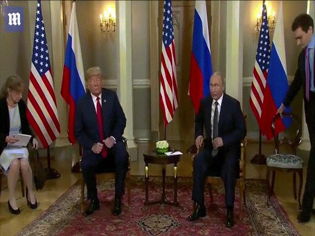 """Trump gặp Putin: Những cử chỉ căng thẳng """"như sắp lên võ đài"""""""