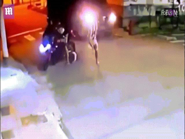 Bị hai thanh niên cướp mô tô, cảnh sát Brazil rút súng bắn liên tiếp