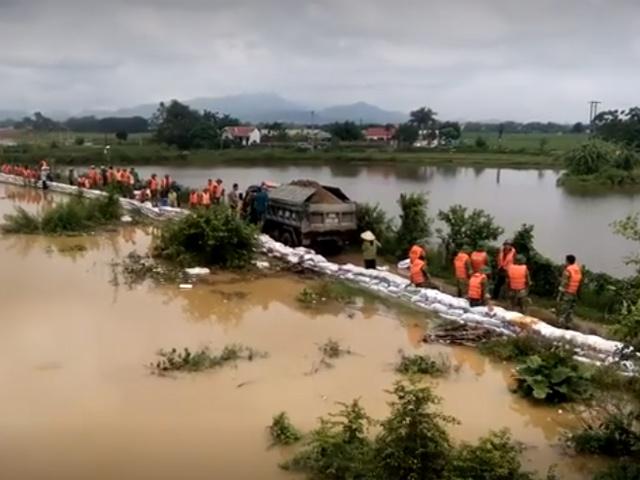 Video: Nước tràn qua đê, người dân trắng đêm chạy lụt ở Chương Mỹ, Hà Nội