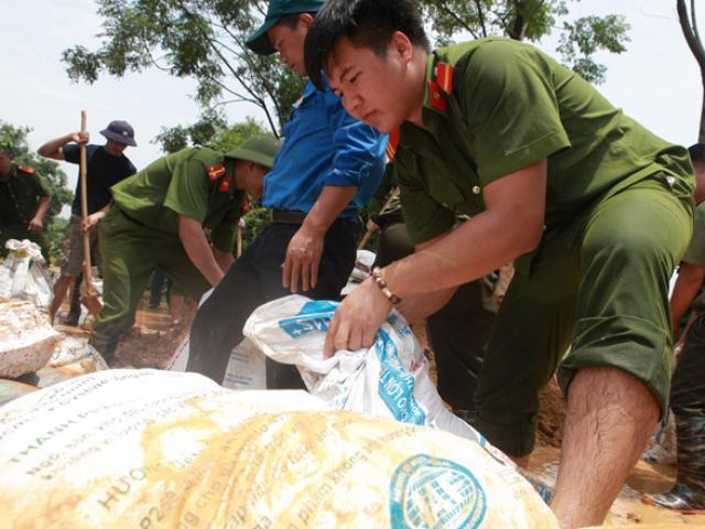 HN: Nước tràn bờ đê, quân đội, công an gồng mình đắp đê cứu dân