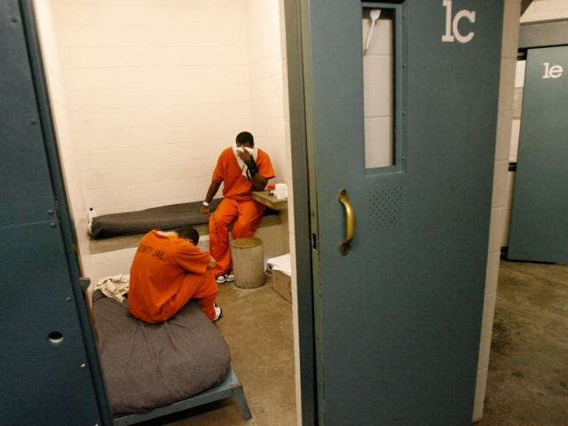 Nữ cai ngục quan hệ với tù nhân và bê bối tồi tệ trong nhà tù Mỹ