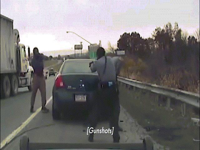 Khoảnh khắc cảnh sát Mỹ đấu súng kịch tính với kẻ đi quá tốc độ