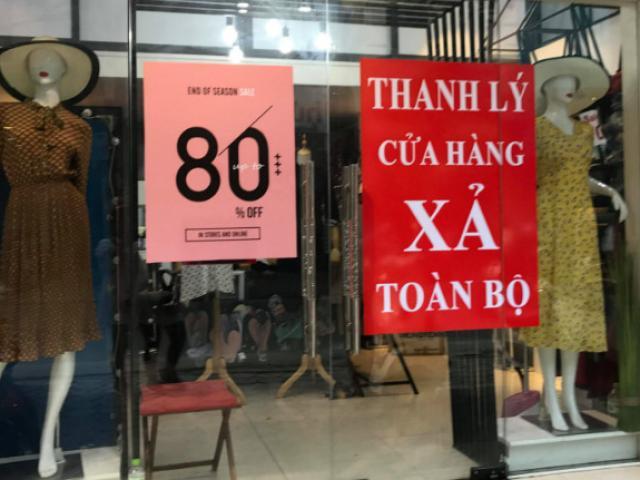 """Đua nhau giảm giá """"khủng"""", cửa hàng thời trang vẫn hốt bạc"""