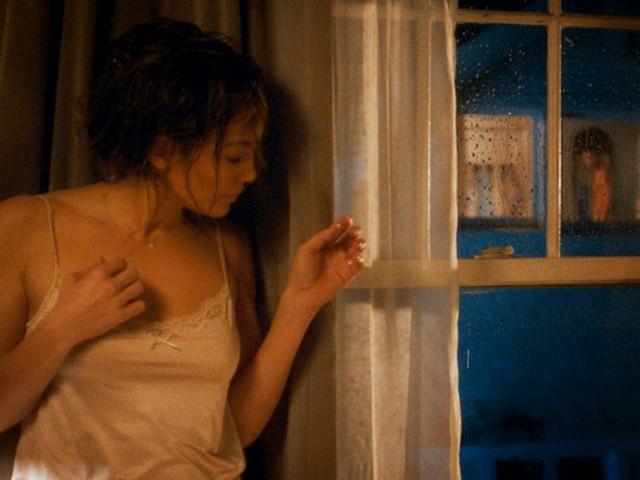 Đêm khuya đi tăng ca về bắt gặp vợ bước ra từ nhà anh hàng xóm