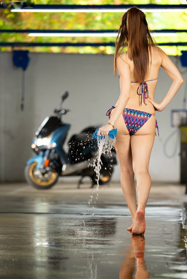 dung hinh truoc canh nguoi dep dien bikini rua xe hinh anh 2