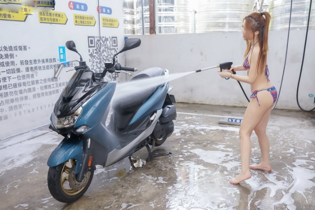 dung hinh truoc canh nguoi dep dien bikini rua xe hinh anh 3