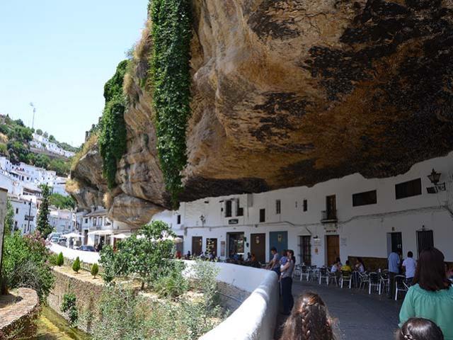 Tưởng như vách đá sắp đổ sập xuống, nhưng thị trấn núi đè này lại hút khách không ngờ