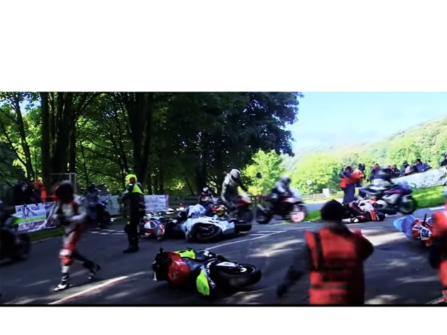 """Video: Các nài đua """"ngã như ngả rạ"""" trên đường đua tốc độ cao"""