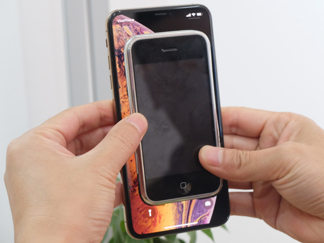 """Xem iPhone đầu tiên lọt thỏm trong """"lòng"""" iPhone Xs Max"""