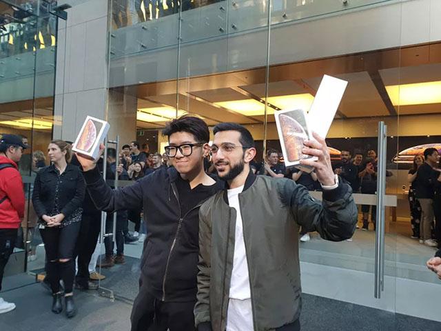 iPhone Xs và Xs Max chính thức mở bán, xếp hàng ít hơn, fan nhiều hơn