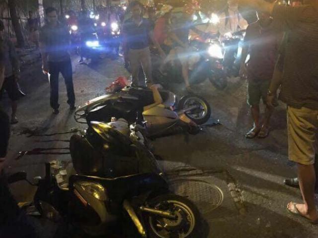 HN: Cột sắt rơi xuống đường, hai người đi xe máy thương vong