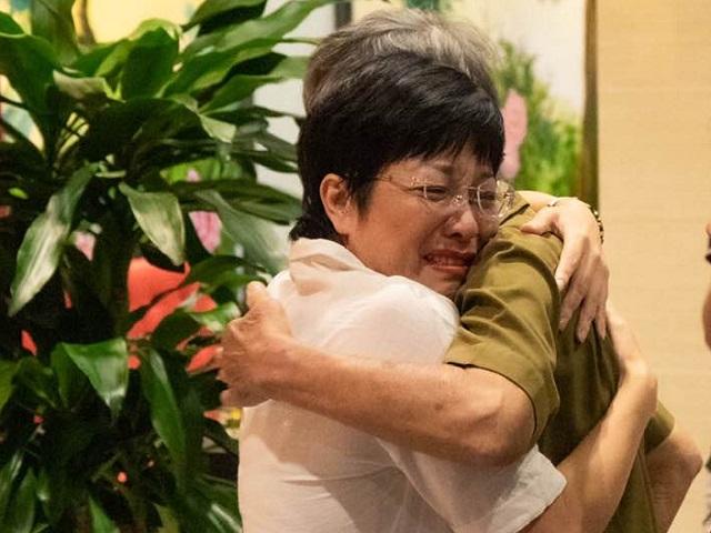MC Thảo Vân khóc như mưa khi bố mẹ Công Lý đến thăm sau khi ly hôn
