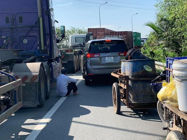 """Tài xế bất lực, ngủ gục giữa đường vì kẹt xe """"không lối thoát"""" ở Sài Gòn"""