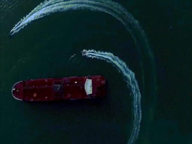 Tàu dầu Anh bị lực lượng Iran bao vây như phim hành động