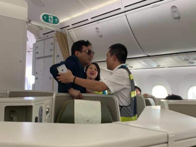Nóng 24h qua: Cô gái trẻ tố bị khách hạng thương gia sàm sỡ trên máy bay