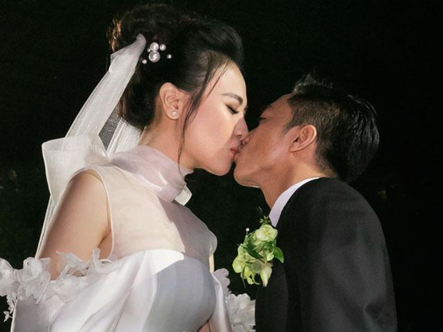 Cường Đô La nghẹn ngào khoá môi Đàm Thu Trang trong lễ cưới
