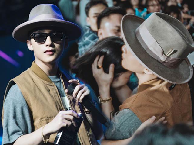 Fan nữ đưa mẹ đến sự kiện xin được kết hôn với Sơn Tùng