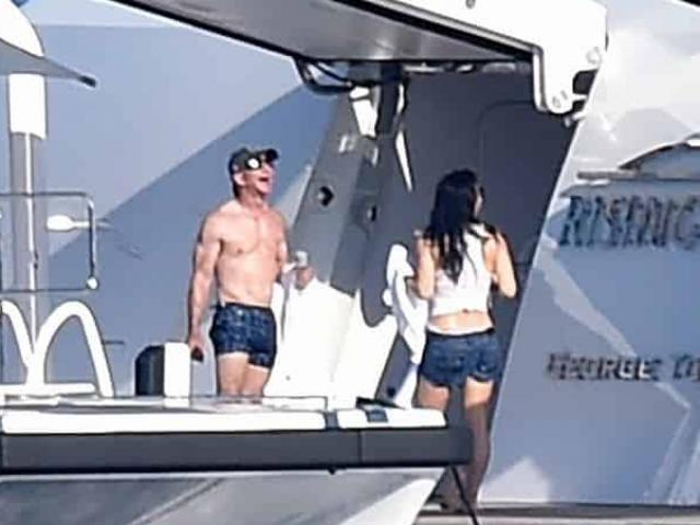Ảnh: Người giàu nhất thế giới cởi trần khoe cơ bắp, lượn du thuyền xa xỉ cùng bạn gái