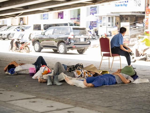 Hà Nội nắng bỏng rát: Người khoác chăn ra đường, người trốn dưới gầm cầu