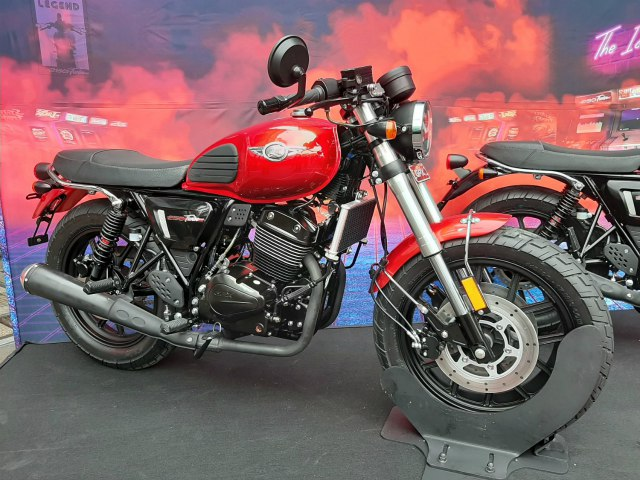 Cận cảnh môtô Thái Lan GPX LEGEND 250 TWIN giá 60 triệu đồng