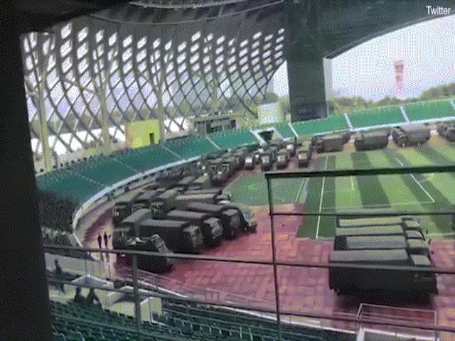 Video hàng trăm xe quân sự Trung Quốc tập kết giáp ranh Hong Kong