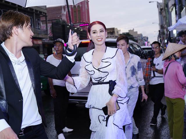Lâm Khánh Chi đội mưa gây náo loạn đường phố Sài Gòn