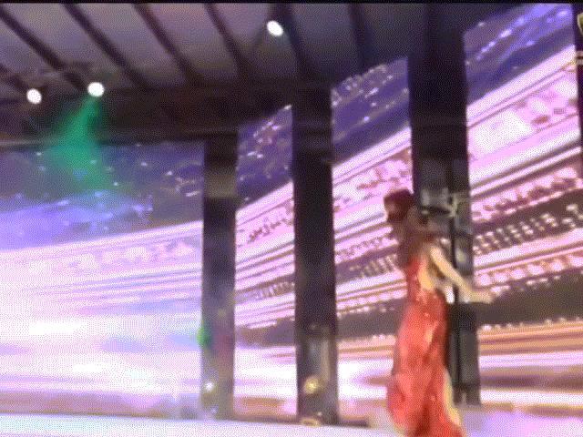 """Diện váy nhái, thí sinh Hoa hậu Trái đất Myanmar """"vồ ếch"""" trên sân khấu"""