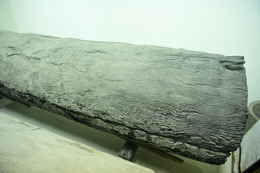 Chiếc quan tài bằng thân cây khổng lồ đang được lưu giữ tại Bảo tàng Hưng Yên.
