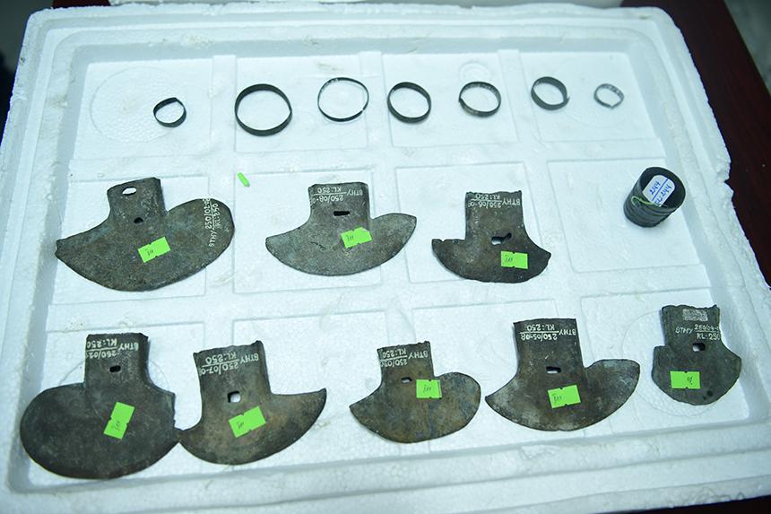 Những chiếc rùi đồng, vòng tay và vòng tai bằng đồng tìm được ở Động Xá.