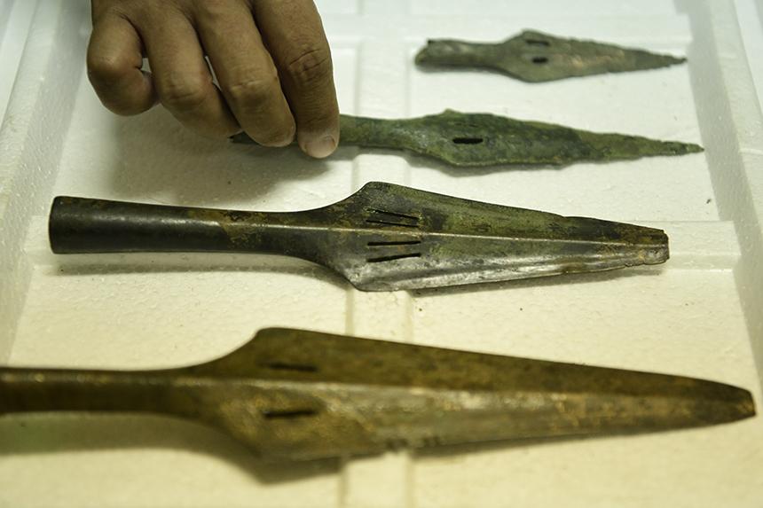Mũi tên đồng còn khá nguyên vẹn và sắc bén minh chứng cho kỹ nghệ đúc đồng thời kỳ Đông Sơn đã đạt mức tinh xảo.