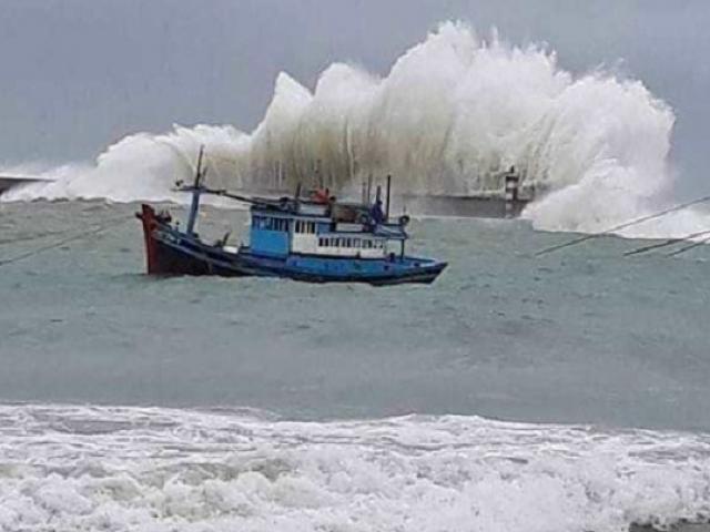 Nóng: Bão số 4 giật cấp 11 bắt đầu quần thảo vùng biển Hà Tĩnh-Quảng Trị